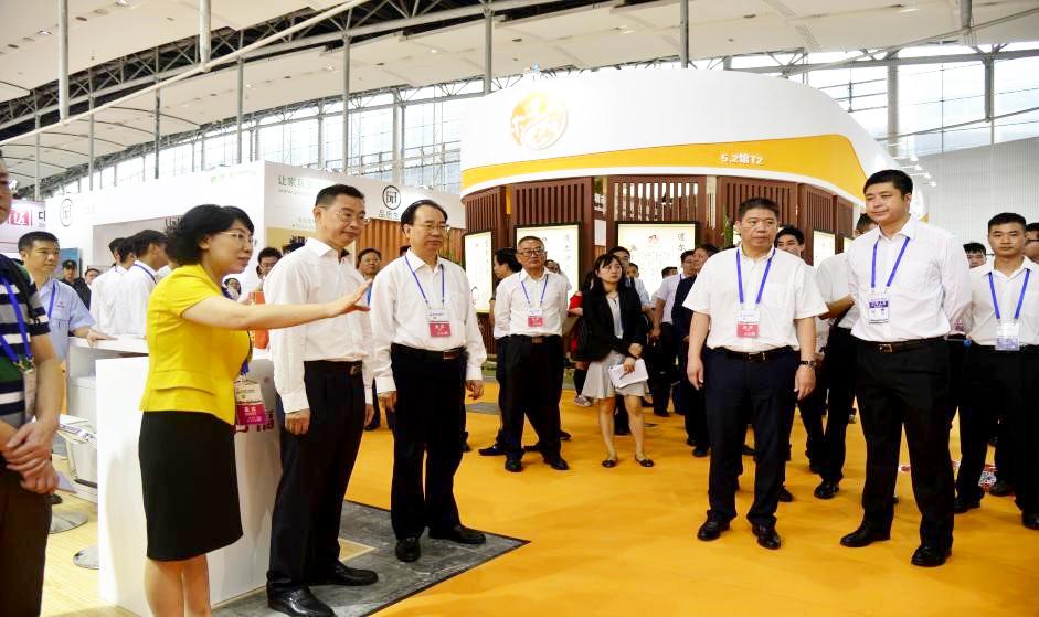 广州市市长温国辉及省市领导在广博会开幕式后巡视老博会展馆,听取易利华巡视员介绍