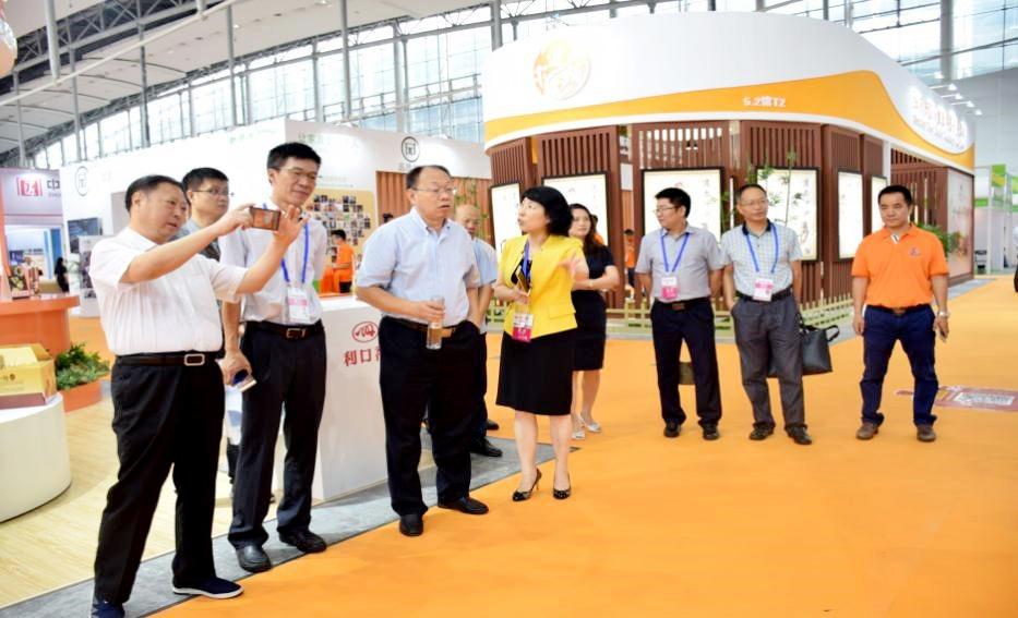 全国老龄办副主任朱耀垠及广州市民政局巡视员易利华在政府公益展区交流指导工作