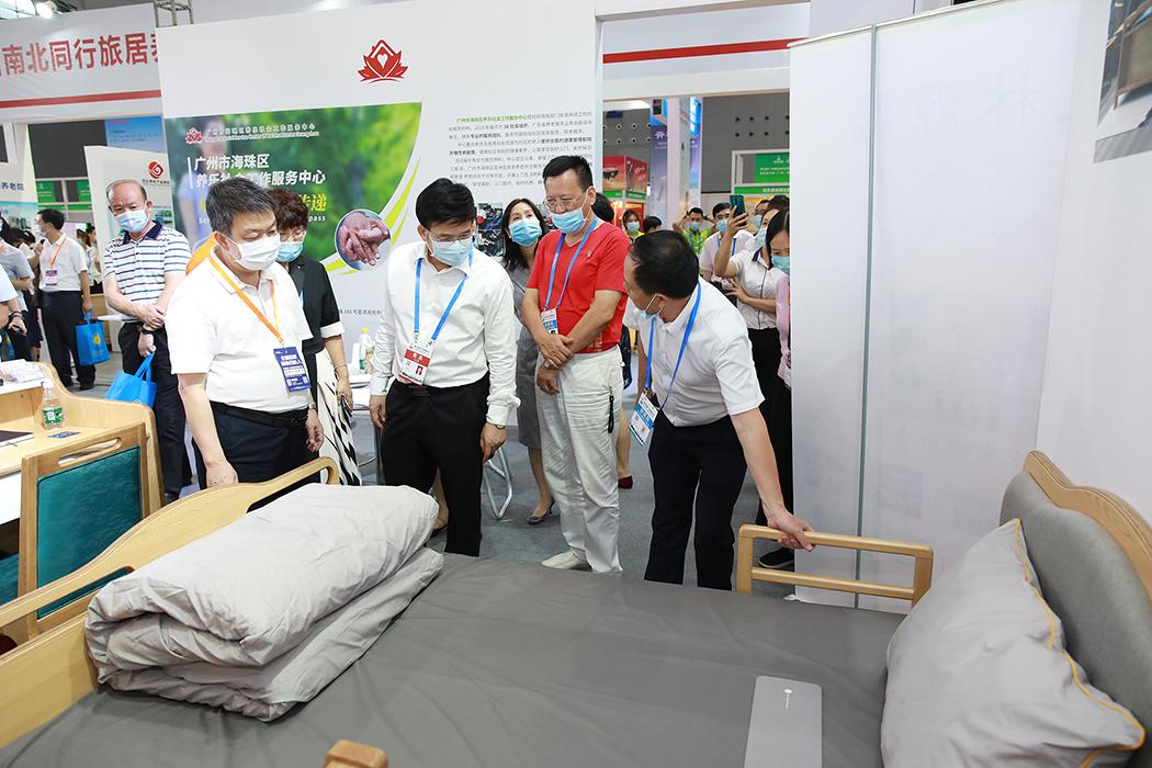 广东省民政厅卓志强厅长、广州市民政局局长何镜清一行巡视展馆